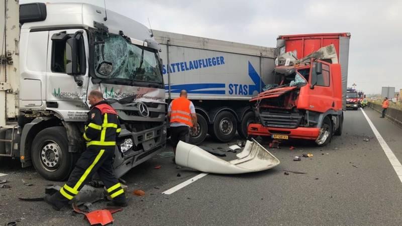 A73 uren dicht na botsing met meerdere vrachtwagens.