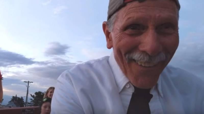 Amerikaanse opa filmt zichzelfin plaats van romantisch aanzoek