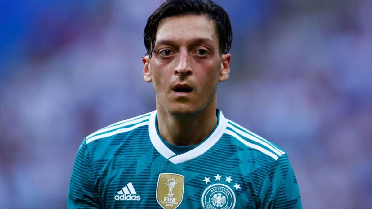 Özil hekelt 'racistische' Duitse voetbalbond en stopt als international