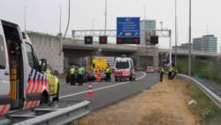 Man geschept bij neerzetten gevarendriehoek na botsing op A10.