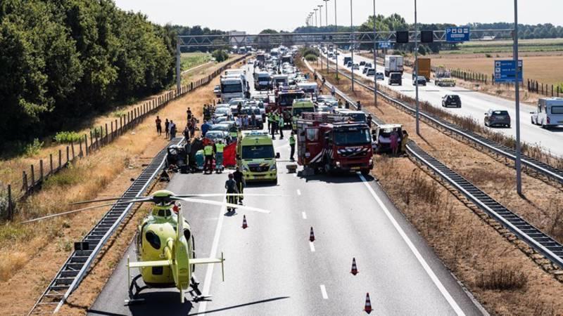 Dode en twee gewonden bij ernstig ongeluk op A58, snelweg uren dicht richting Breda.