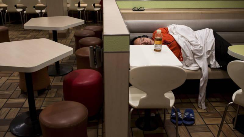 In Hongkong slapen steeds meer mensen in McDonalds, ook als ze een huis hebben