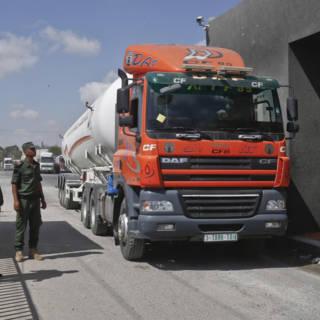 Bekijk details van Israël laat handelswaar en brandstof weer de Gazastrook in
