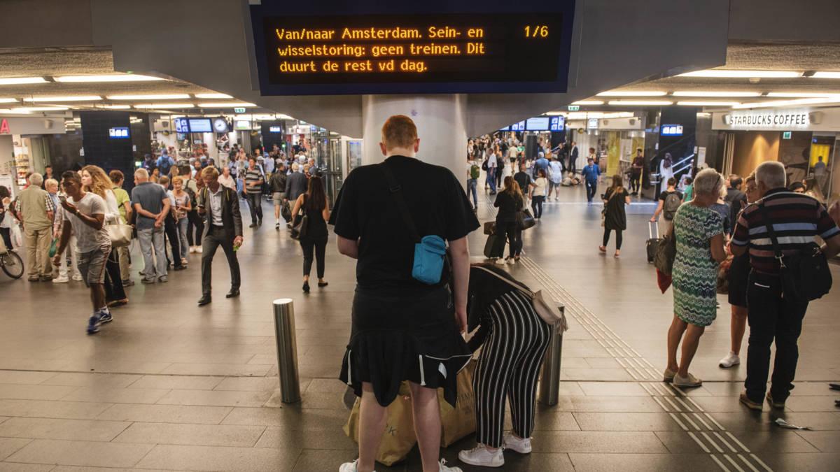 Hier en daar weer wat treinen rond Amsterdam, 'check morgen reisplanner'