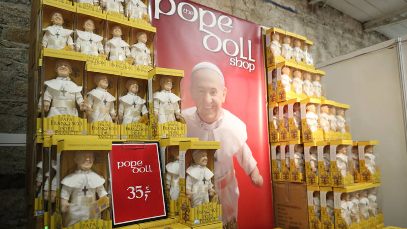 Pope doll shop in Ireland, photo Hollandse Hoogte | Niall Carson