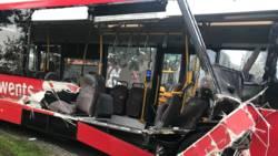 Ravage op N343 bij Kloosterhaar door botsing tussen lijnbus en tractor.