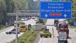 Gekantelde vrachtwagen zorgt voor problemen op A58 en A4 bij Bergen op Zoom.