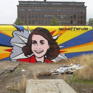 Bekijk details van Bekladde muurschildering van Anne Frank in ere hersteld