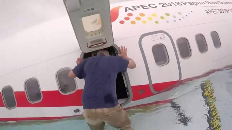 Beelden uit zinkend vliegtuig na ongeluk met Boeing Micronesië.