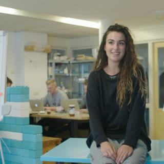 Eva (22) stopte met haar opleiding en startte daarna zelf een school