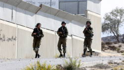 Palestijnse vrouw komt om bij auto-ongeluk na aanval met stenen.