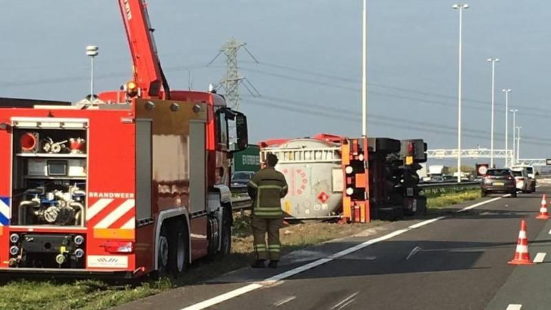 A16 richting Rotterdam bij Dordrecht dicht door gekantelde vrachtwagen.