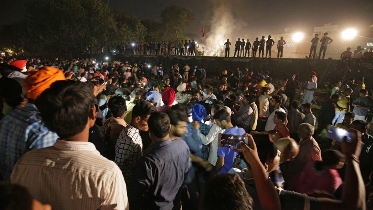 Trein rijdt in op mensenmassa in India: tientallen doden
