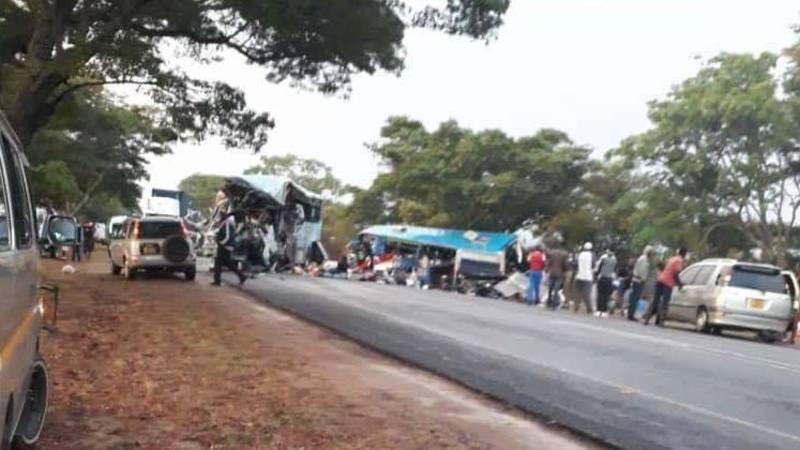 Tientallen doden Zimbabwe bij frontale botsing bussen.