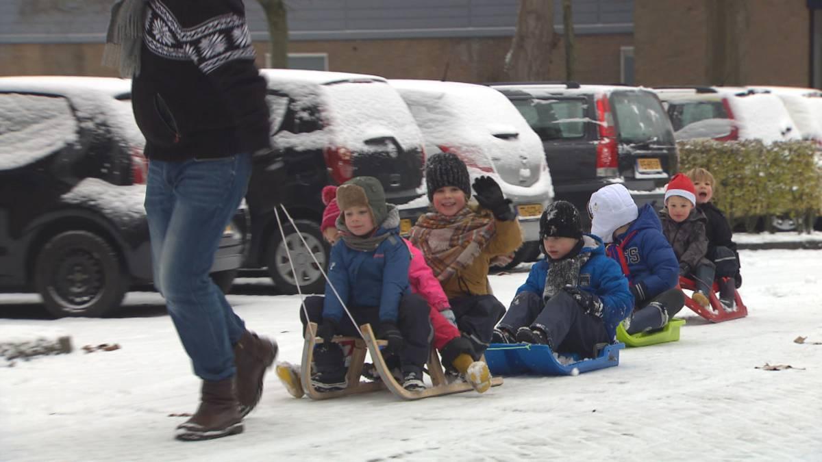 Laagje sneeuw zorgt voor gladde wegen, vertragingen én plezier