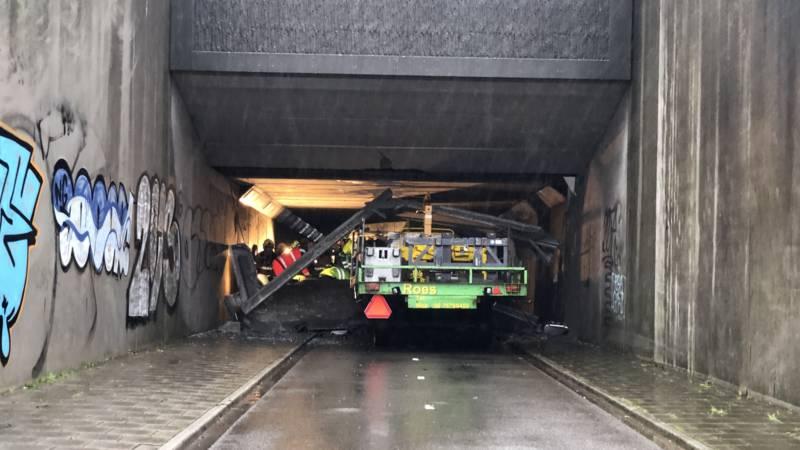 Verkeer op A12 loopt vast door ongeluk met hoogwerker in fietstunnel.