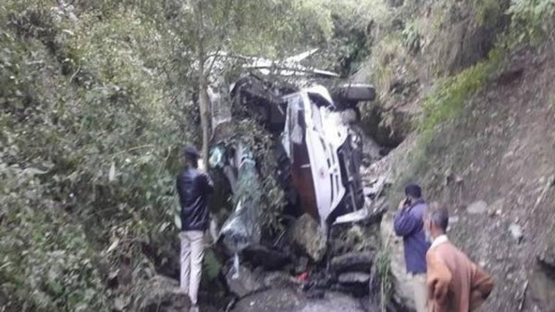 21 doden en 15 gewonden bij schoolbusongeluk Nepal.