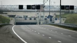 Autos verplicht achtergelaten in tunnel A9 na botsing lpg-auto.
