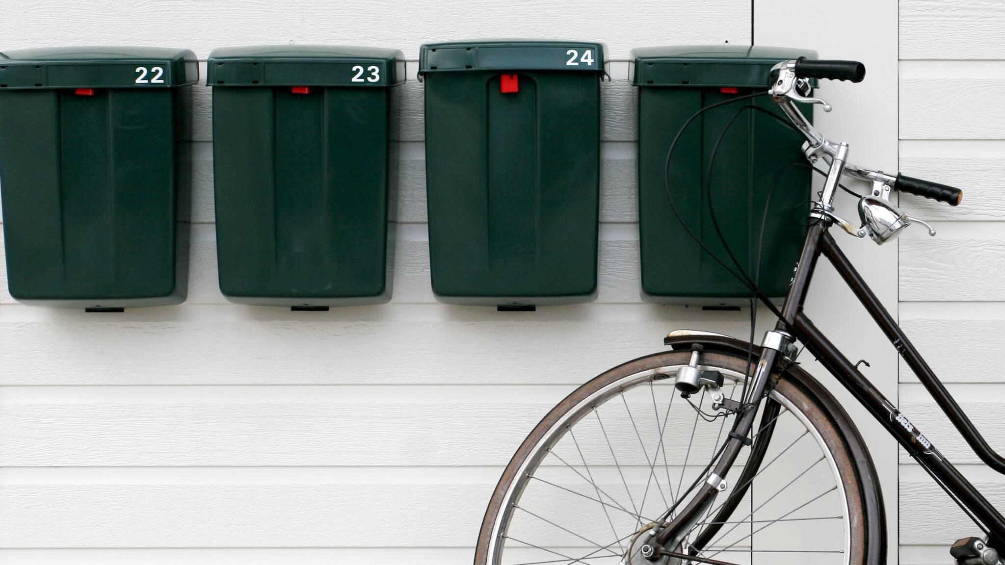 Vaak Ontwerper groene brievenbus en 'middelbareschoolstoel' Friso SE35