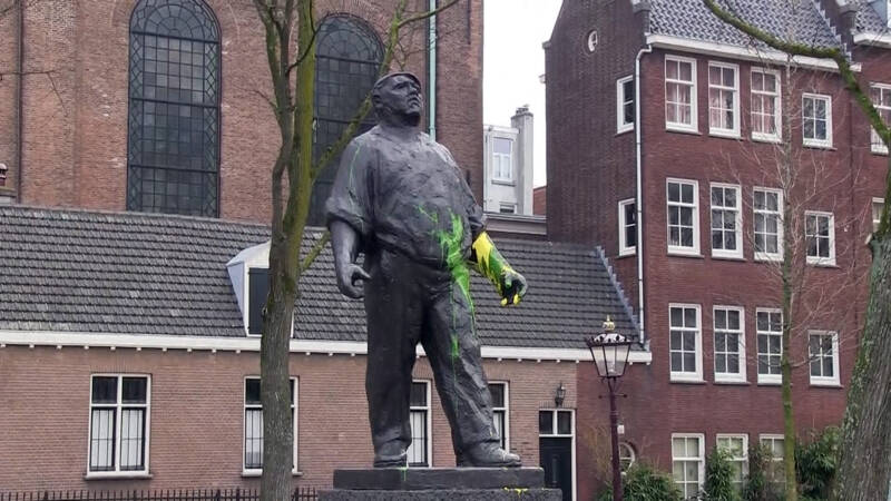 Dokwerker statue, daubed with ADO colours, NOS photo