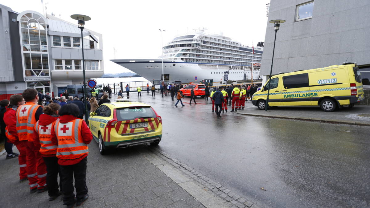 Cruiseschip veilig in Noorse haven: 'Het leek wel de Titanic'