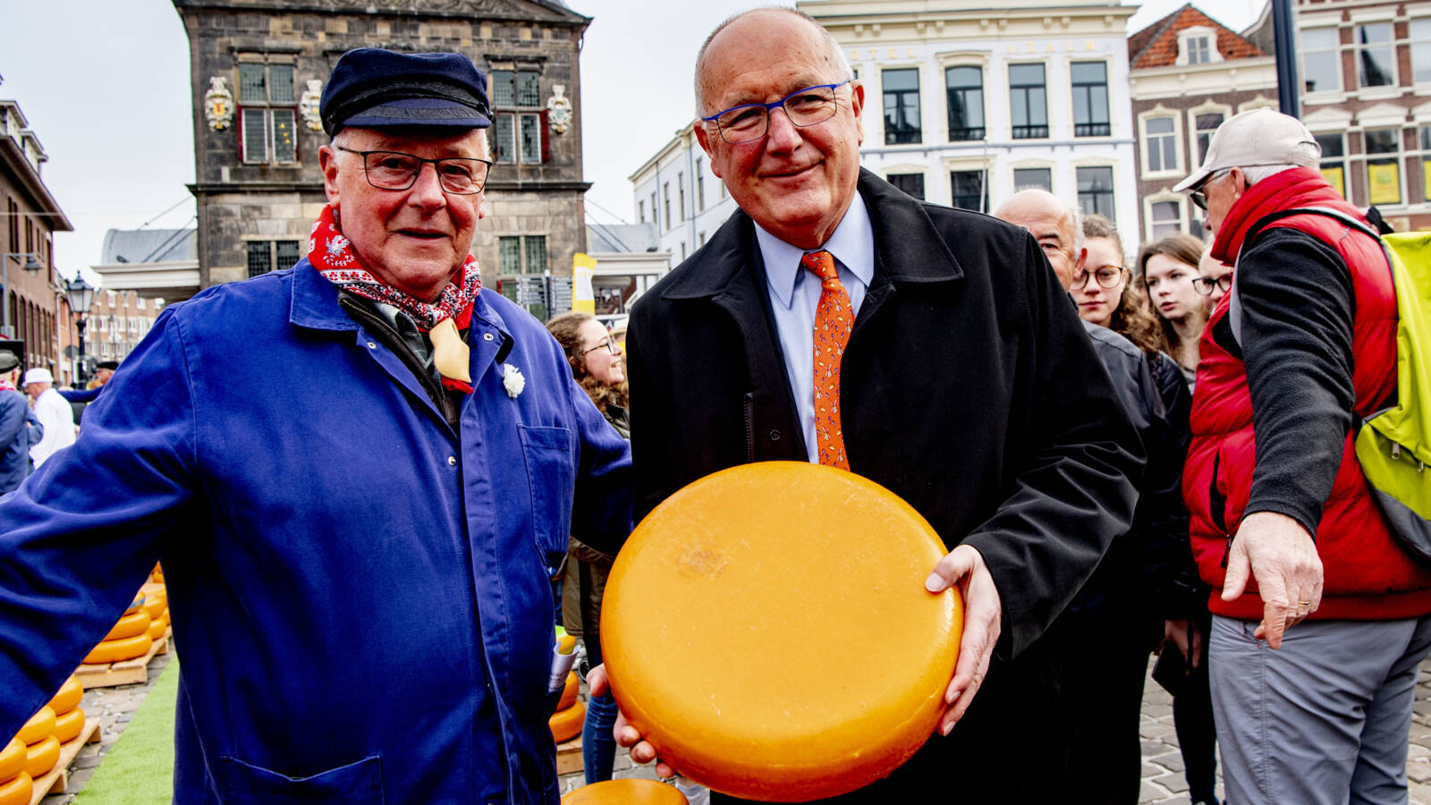 Trump's ambasador Pete Hoekstra with Gouda cheese in 2018, ANP photo