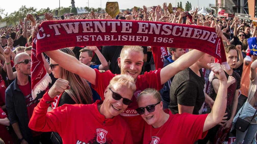 Bekijk details van Duizenden fans zingen spelers FC Twente toe bij huldiging