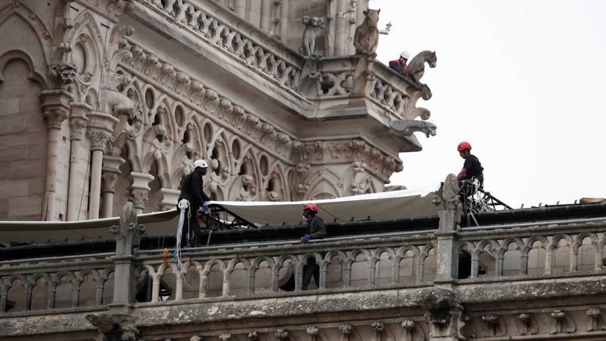 Na vuur bedreigt nu regen de Notre-Dame