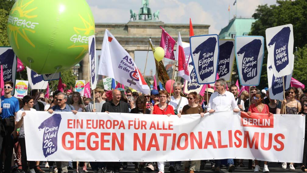 Bekijk details van Tienduizenden Duitsers op de been voor demonstraties tegen nationalisme