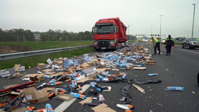 A1 bij Deventer bezaaid met spullen uit vrachtwagen na botsing.