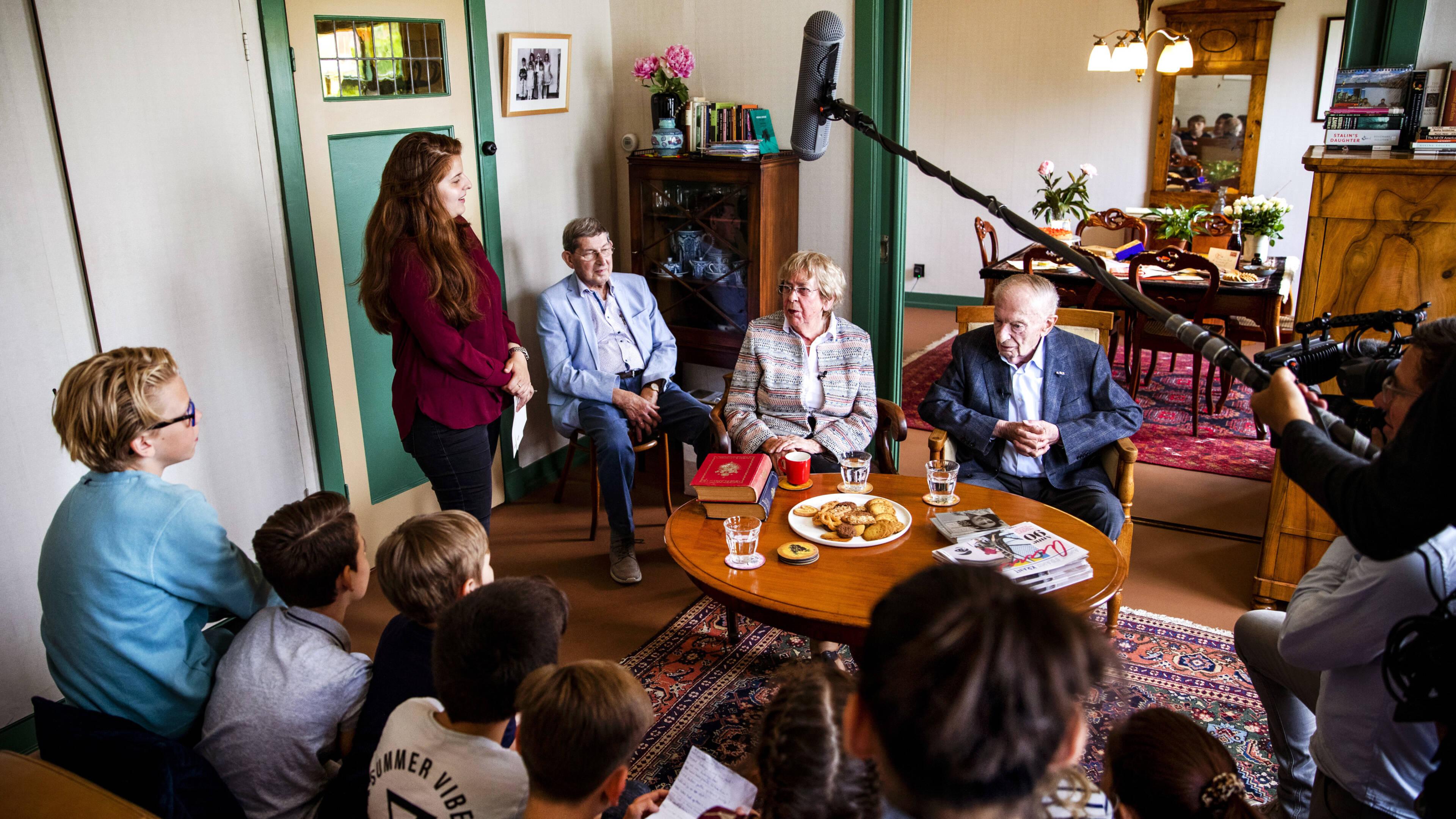 Oud Klasgenoten Herdenken 90ste Verjaardag Anne Frank Met