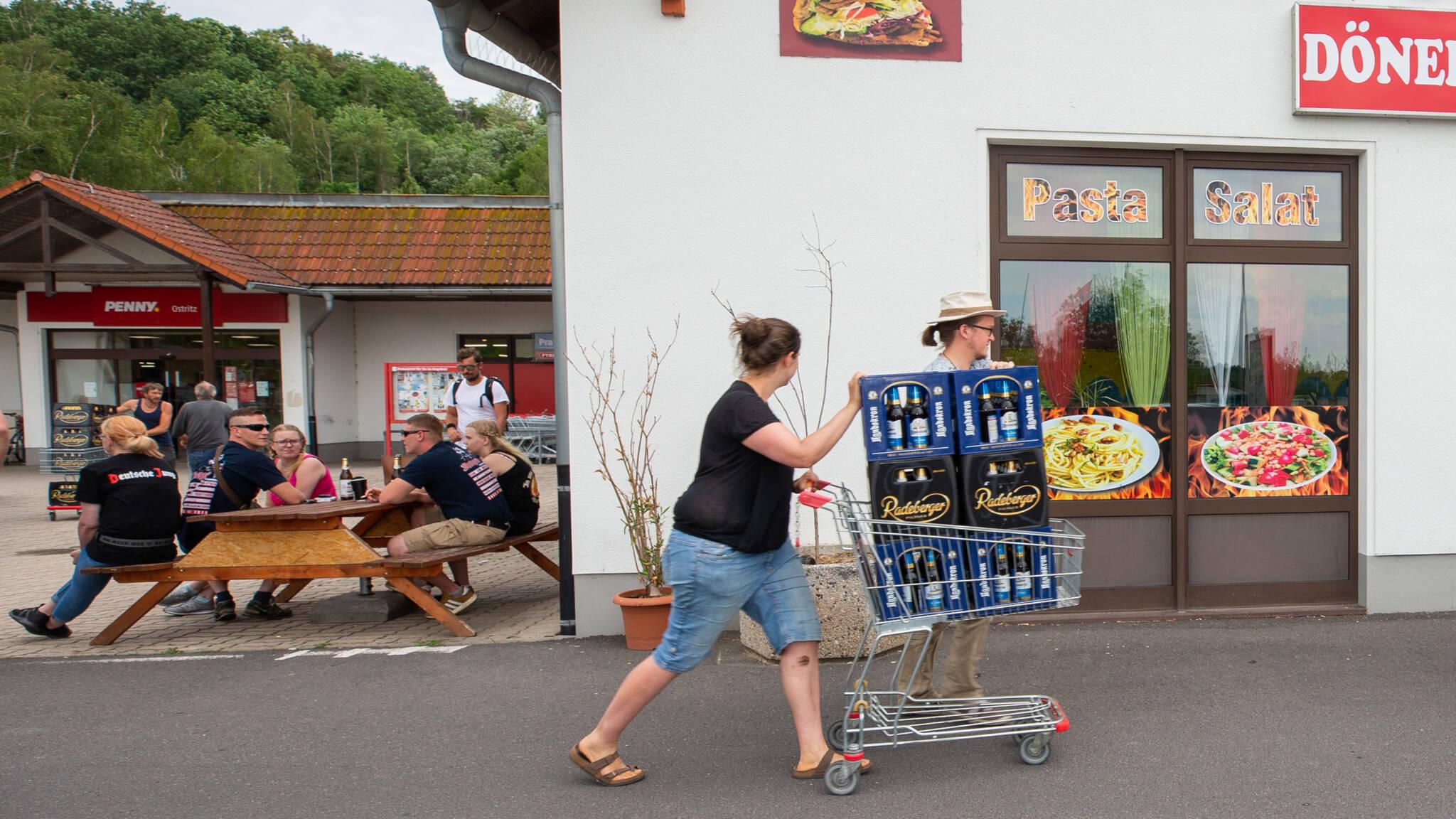 Geen bier voor neonazifestival: dorpje kaapt drankvoorraad weg