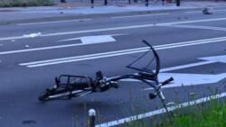 Fietsster overleden na aanrijding, bestuurder rijdt door.