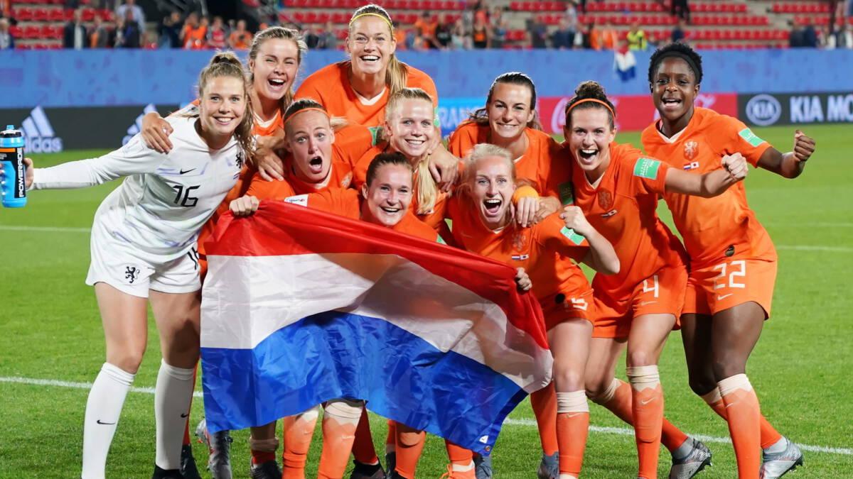 Oranje ontsnapt via penalty uit greep Japan en is kwartfinalist WK