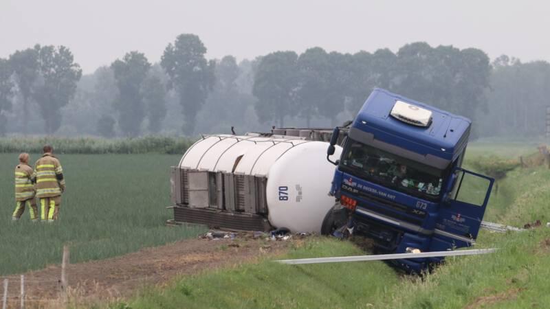 A6 hele dag dicht door gekantelde tankwagen.