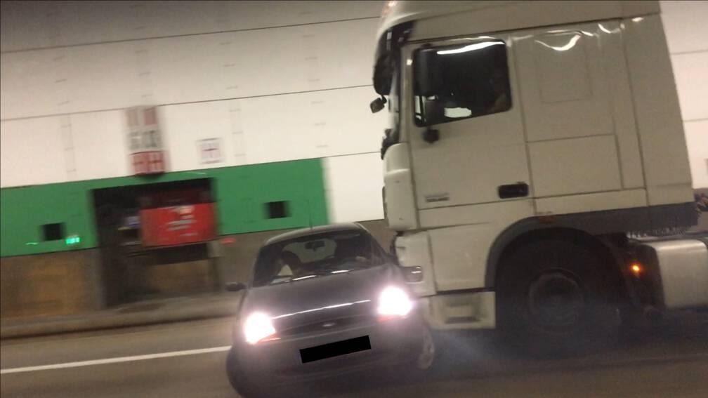 Vrachtwagen schuift auto voor zich uit in Belgische tunnel