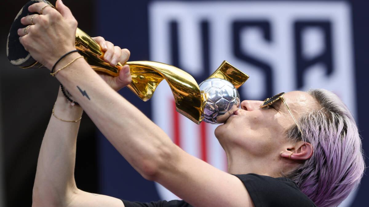 Vrouwen Verenigde Staten vieren WK-titel met fans in straten New York