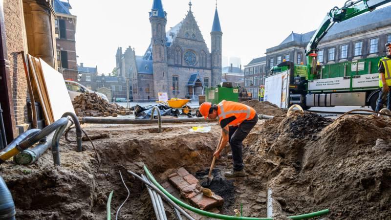Archeologen vinden middeleeuws muurtje en vuilnis onder klinkers Binnenhof