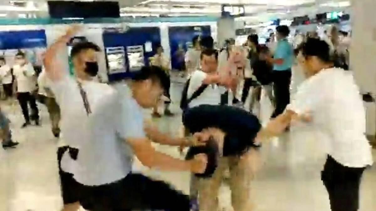 Gerichte aanval met bamboestokken: onrust in Hongkong wordt heviger