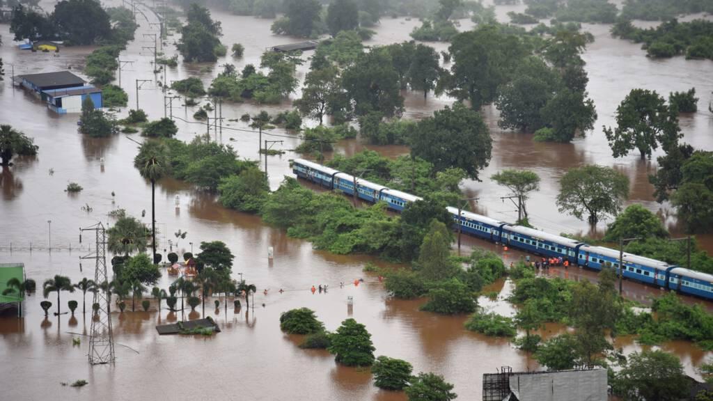 900 Mensen Gered Uit Indiase Trein In Overstroomd Gebied Nos