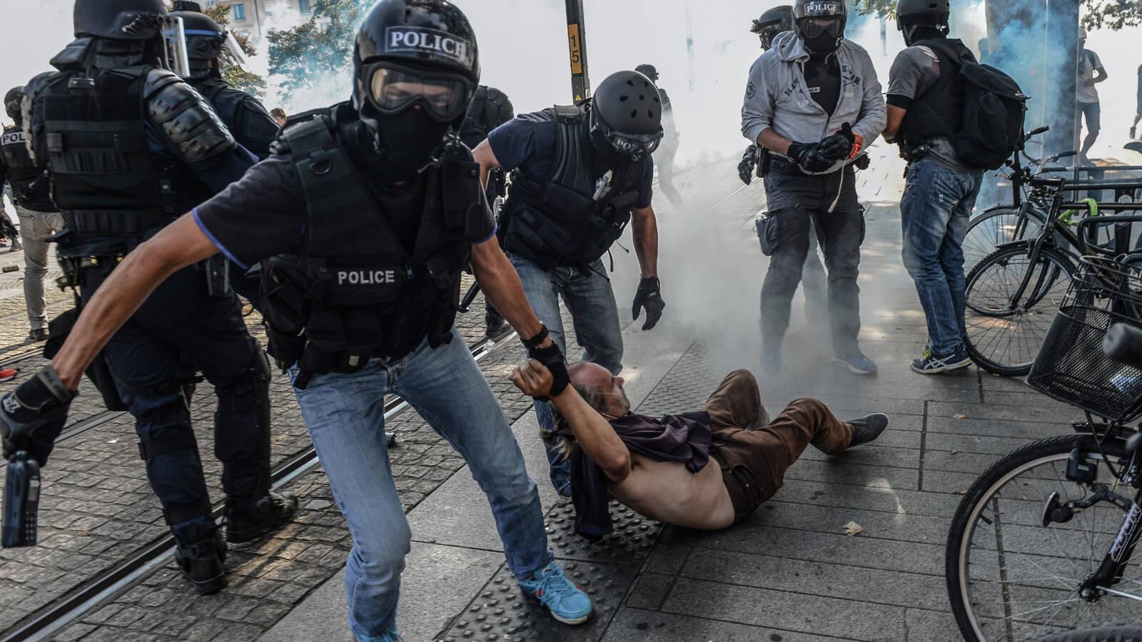 Police arrest Nantes demonstrator, AFP photo