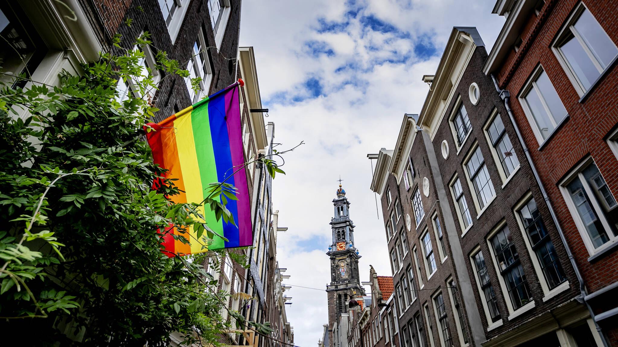 Homostel: 'Uitgescholden en bespuugd in Uber na Pride Amsterdam' | NOS