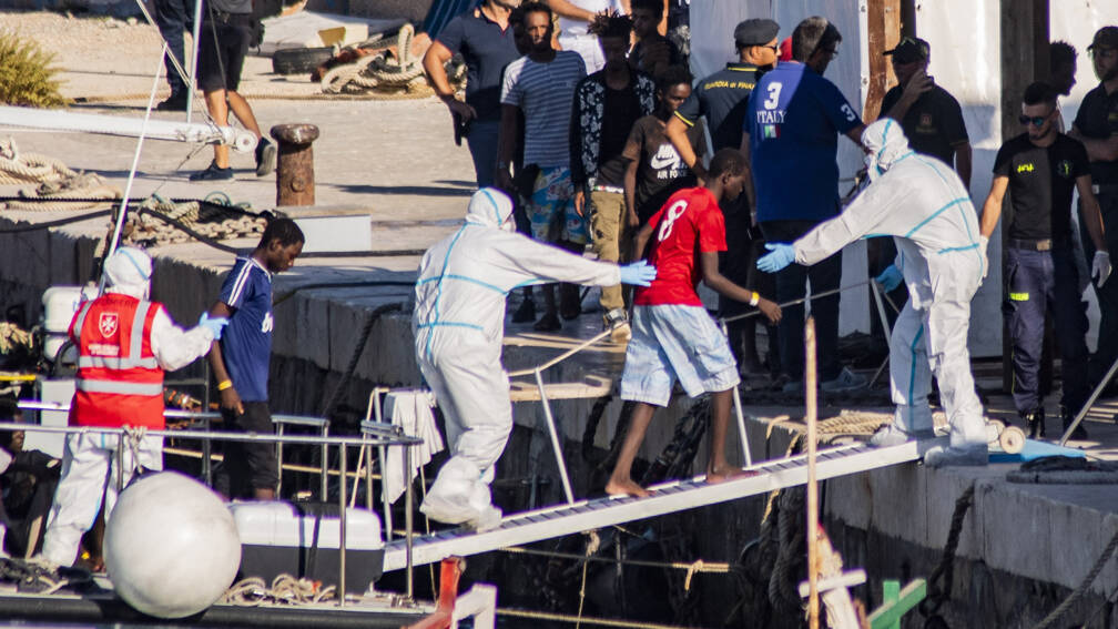 Bekijk details van Italiaanse minister Salvini laat 27 minderjarigen van migrantenschip gaan
