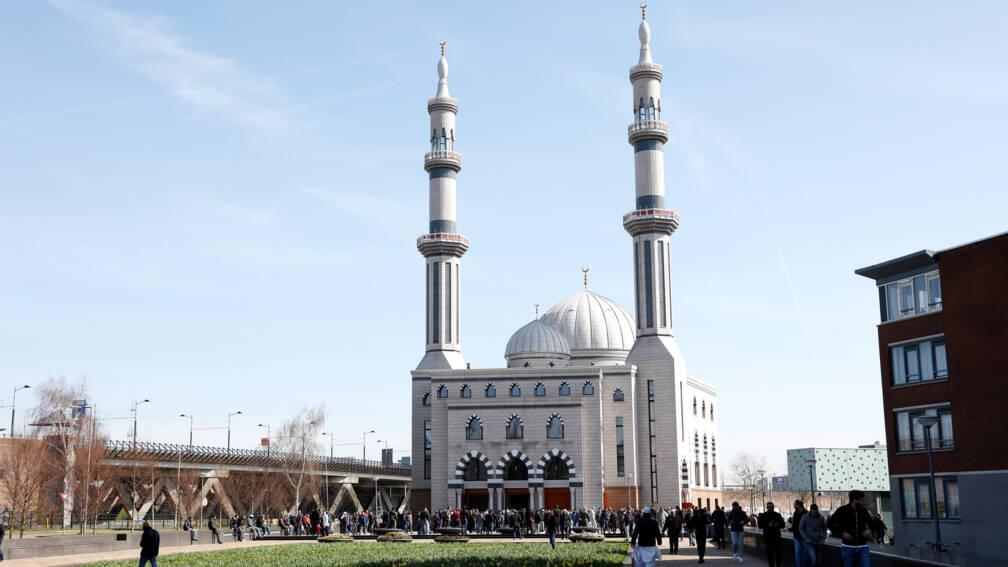 Bekijk details van Imam Rotterdamse moskee weg na publicaties over salafisme