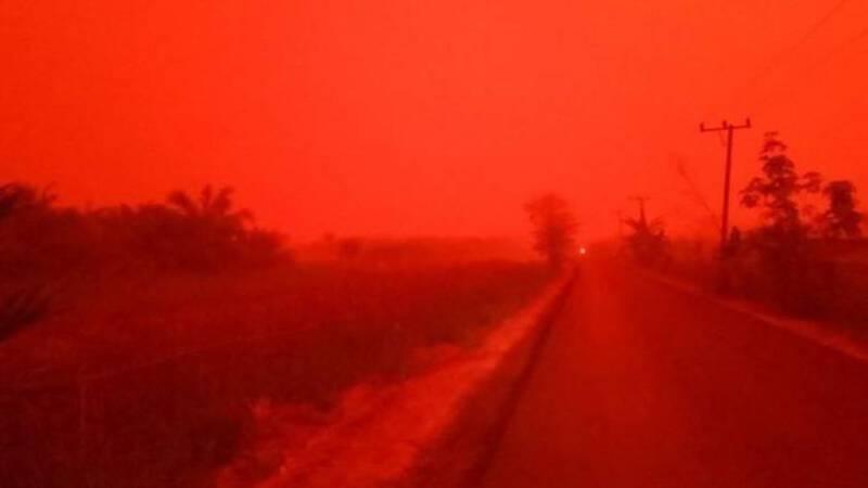 Lucht kleurt bloedrood in Indonesië: 'Dit is negatief spectaculair'
