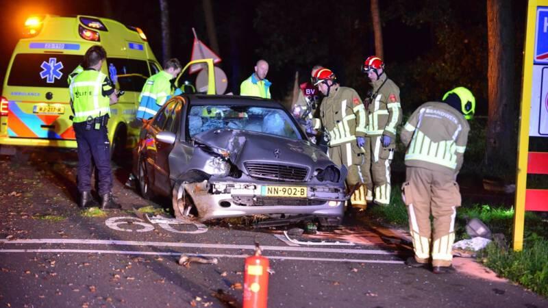 Bestuurder laat auto zwaar beschadigd achter na ongeluk, bijrijder gewond.