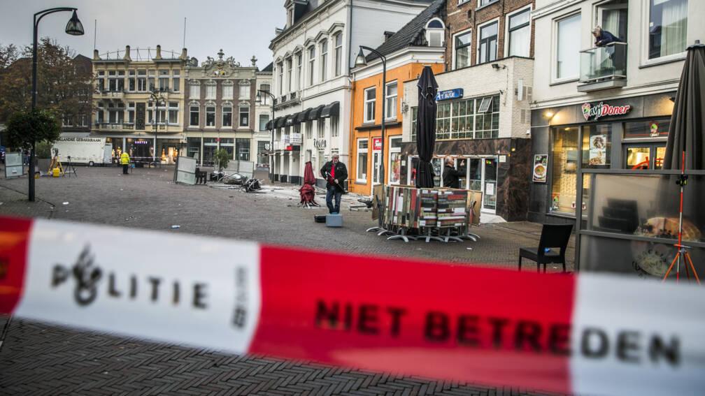 Bekijk details van Nog drie mensen vast na terrasaanrijding Deventer