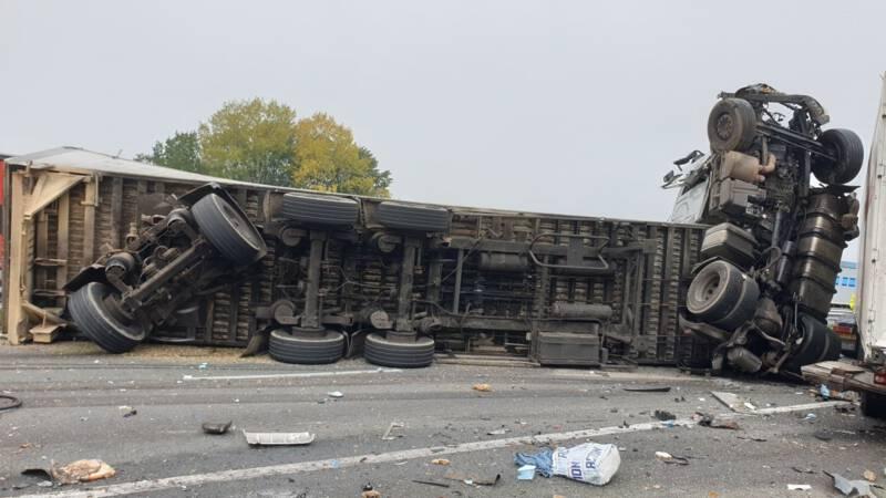 Dode en gewonden bij ongeluk op A73 bij Wijchen; weg dicht.