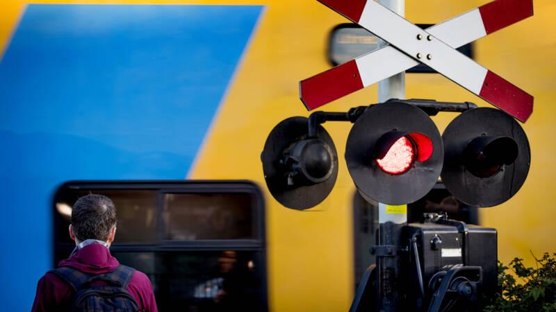 Spoorwegongeluk Den Dolder gefilmd: trein schampt scooterrijder.