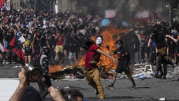 La violencia contra las fuerzas del orden se extiende a tiendas, barrios residenciales e iglesias.